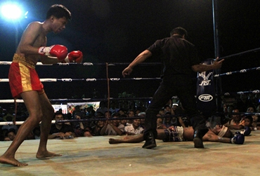Salee knocks his blindfolded opponent Ngaongam to the ground