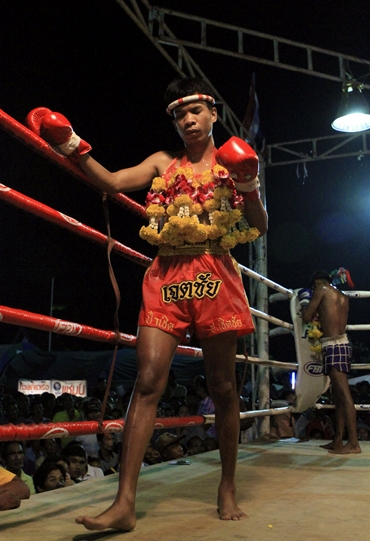 Salee performs a 'wai khru' before a fight