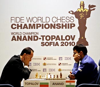 Viswanathan Anand in action against Veselin Topalov