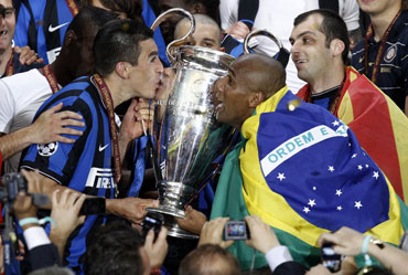 Inter's Lucio and Maicon kiss the trophy after defeating Bayern Munich in their Champions League final