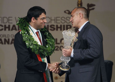 Anand receives the trophy from Bulgaria's Prime Minister Boiko Borisov