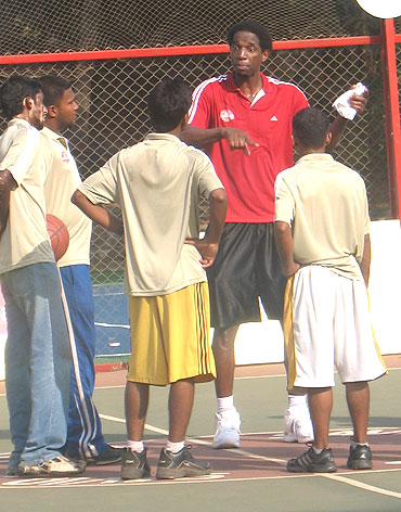 NBA great AC Green (centre) talks to young volunteers during his recent visit to Mumbai for the Mahindra NBA Challenge