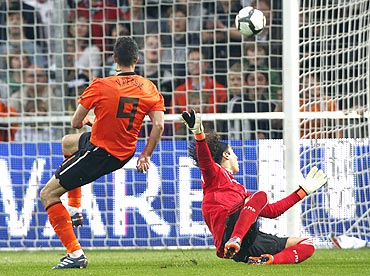 Netherlands's Robin Van Persie scores past Mexico keeper Guillermo Ochoa