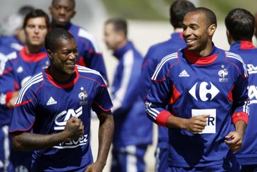 Thierry Henry and Djibril Cisse during a training session