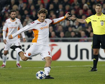 AS Roma's Francesco Totti (2nd R) scores from a penalty