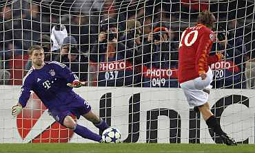 AS Roma's Francesco Totti scores from a penalty past Bayern Munich goalkeeper Thomas Kraft during their match at the Olympic stadium in Rome