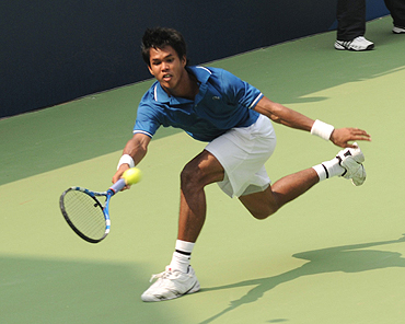 Somdev Devvarman plays a return against Amresh Jayawickreme