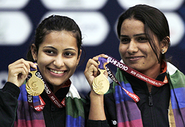 India's Heena Sidhu (left) and Annu Raj Singh pose with their gold medals after winning the women's 10m air pistol pair shooting finals on Tuesday