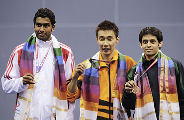 Malaysia's Lee Wei Chong (centre) poses with England's silver medallist Rajiv Ouseph (left) and India's bronze medallist Parupalli Kashyap, after winning the men's singles badminton final