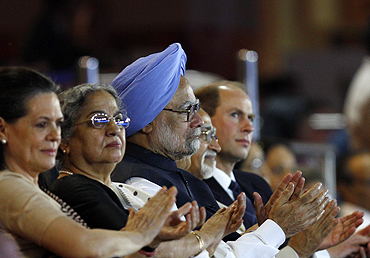 Congress president Sonia Gandhi (left), India's Prime Minister Manmohan Singh (centre), Singh's wife Gursharan Kaur (2nd from left), India's Vice President Hamid Ansari (2nd fronm right) and Prince Edward, Earl of Wessex watch the closing ceremony