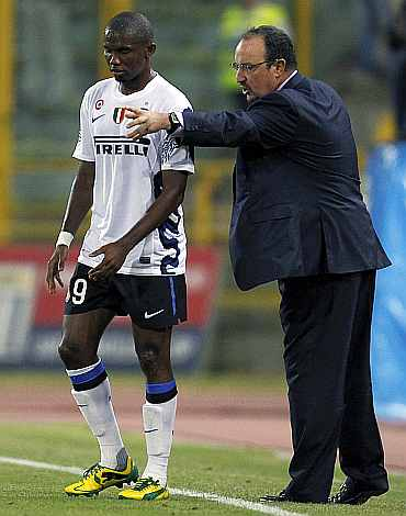 Rafa Benitez gives instructions to Samuel Eto'o