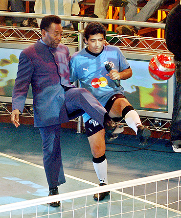 Diego Maradona (right) and Pele play with a football on Maradona's weekly show 'La Noche del Diez' (The Night of Number 10) in Buenos Aires in 2005