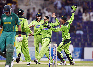 Pakistan's Mohammad Hafeez (2nd from right) celebrates after claiming the wicket of South Africa's Graeme Smith during their first Twenty20 in Abu Dhabi on Tuesday