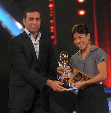 VVS Laxman hands Mary Kom the Sportswoman of the Year trophy