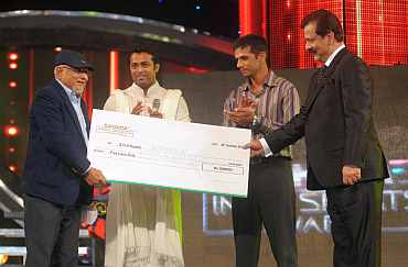 SHH Hamid recieves a Rs 5 lakh cheque from Sahara's Subrata Roy
