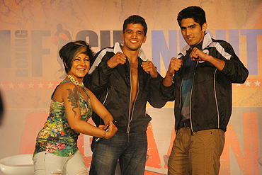 Dinesh Kumar (centre) and Vijender Singh with singer Hard Kaur (left)