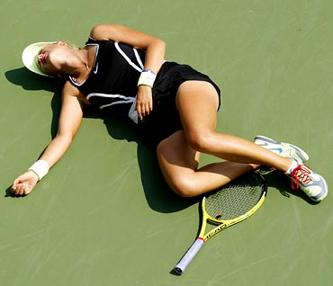 Victoria Azarenka collapses on the court