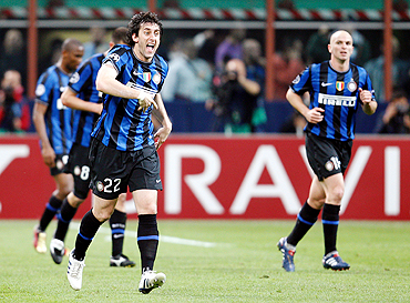 Inter's Milito celebrates with teammates