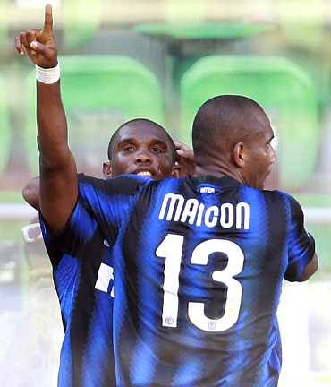 Samuel Eto'o celebrates with Maicon