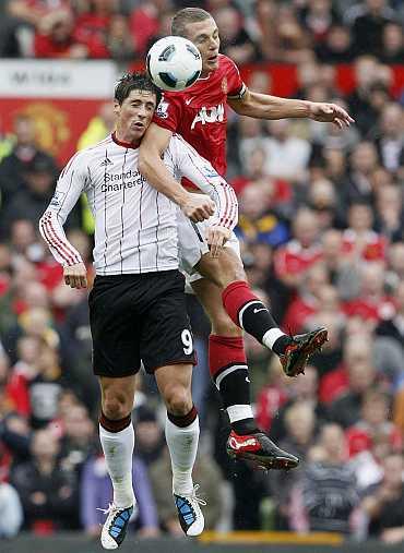 Fernando Torres challenges Vidic
