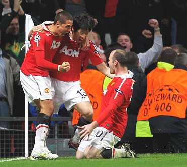 Manchester United's Javier Hernandez, Ji-Sung Park Park si-Jung celebrate with Wayne Rooney after scoring against Chelsea