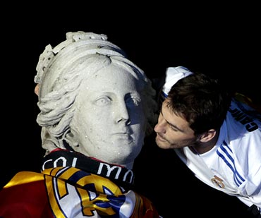 Real Madrid captain Iker Casillas kisses the Cibeles fountain during celebrations in central Madrid