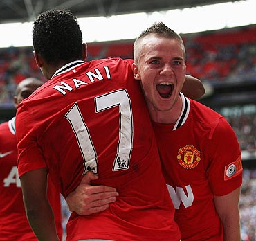 Tom Cleverley celebrates with Nani
