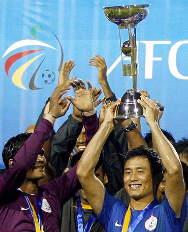 Bhaichung Bhutia holds aloft the trophy after beating Tajikistan to win the AFC Challenge Cup in 2008