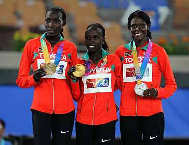 Vivian Cheruiyot (centre) with the gold medal