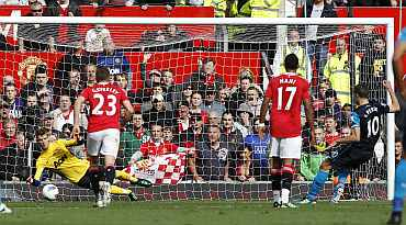 David de Gea saves a penalty for Manchester United