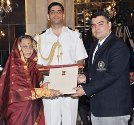Gagan Narang receives the Rajiv Gandhi Khel Ratna from President Pratibha Patil