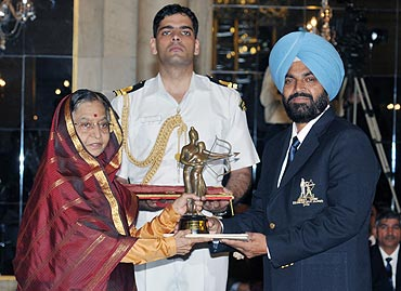 Former India hockey player and coach Rajinder Singh receives the Dronacharya Award from the President