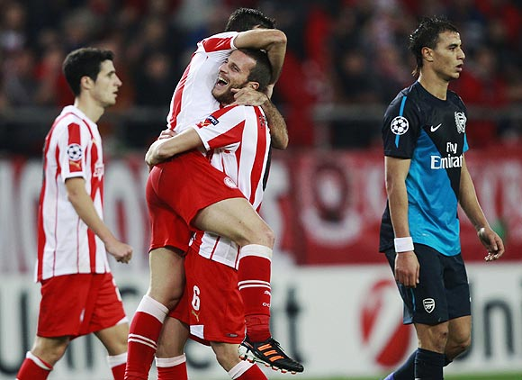 Olympiakos' players celebrate after beating Arsenal