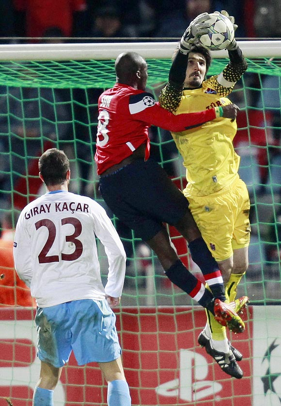 Lille's Moussa Sow (left) challenges Trabzonspor's goalkeeper Tolga Zengin during their Champions League match