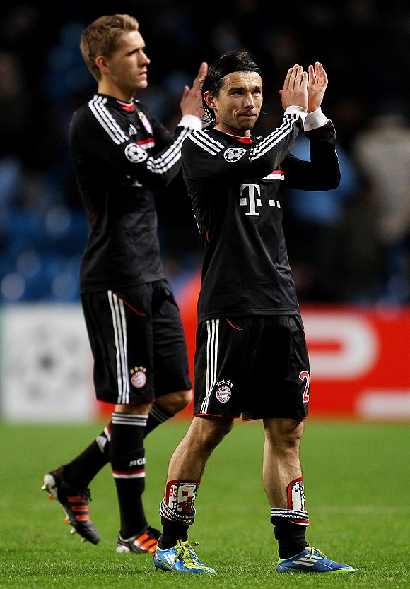 Danijel Pranjic (right) of FC Bayern Muenchen acknowledges the fans