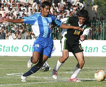 Mahesh Gawli and Pakistani Naveed Akram struggle for the ball duirng their first match in Quetta in 2005
