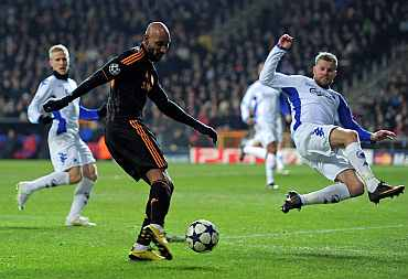 Nicolas Anelka of Chelsea scores the opening goal during the UEFA Champions League round of 16 first leg match between FC Copenhagen and Chelsea