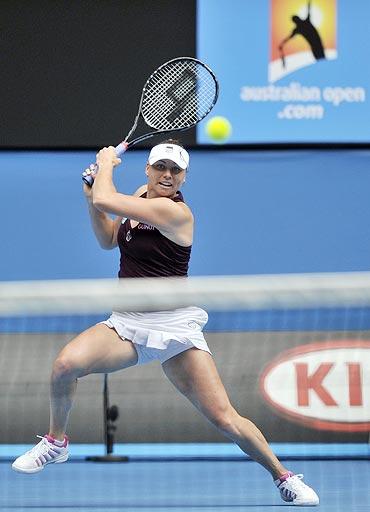 Vera Zvonareva plays a shot to Petra Kvitova on Wednesday