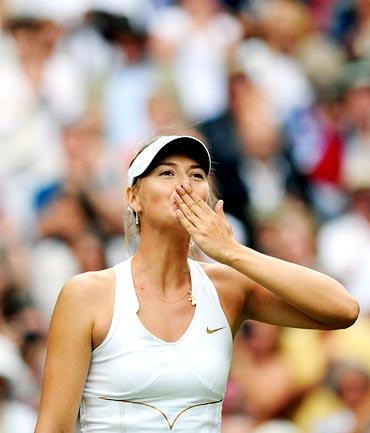 Maria Sharapova blows kisses to the crowd