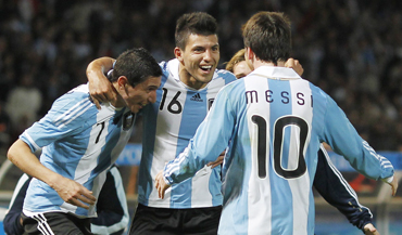 Argentina's Sergio Aguero (C) celebrates his first goal against Costa Rica with teammates Angel Di Maria (L) and Lionel Messi during their match at the Copa America soccer tournament in Cordoba