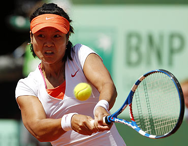 Li Na hits a return