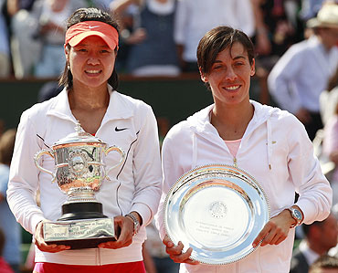 Li Na of China (left) and Francesca Schiavone pose with their trophies