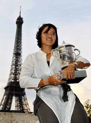 Li Na pose with the French Open trophy in front of the Eiffel Tower