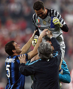Julio Cesar, goalkeeper of Inter Milan (top) celebrates with teammates after their win over Bayern on Tuesday