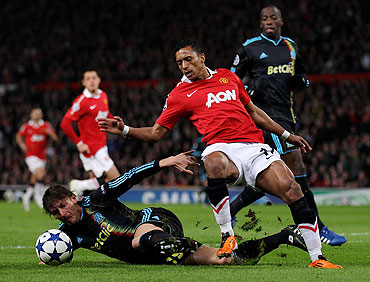 Marseille's Gabriel Heinze (left) battles for the ball with Manchester United's Nani
