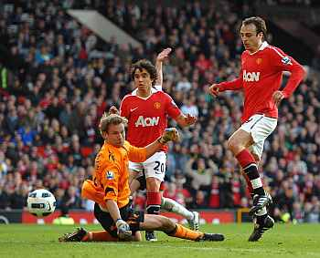 Dimitar Berbatov scores