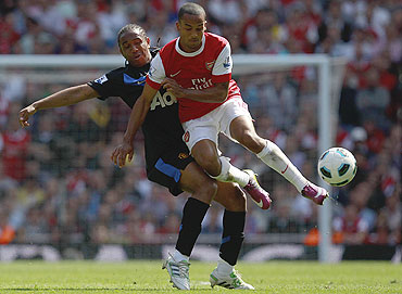 Manchester United's Anderson (left) challenges Arsenal's Theo Walcott