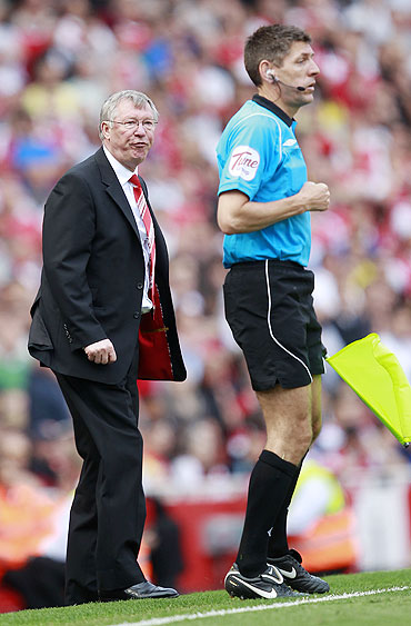 Manchester United manager Alex Ferguson (left) shouts at the assistant referee after Michael Owen had a penalty shout turned down