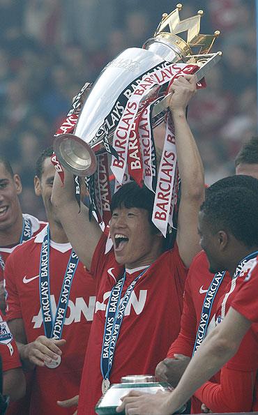 Park Ji-sung (centre) celebrates with team mates with the Premier League trophy