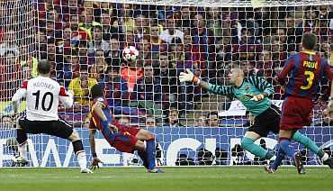 Manchester United's Wayne Rooney scores past Barcelona's Victor Valdes